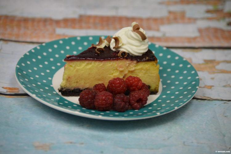 Cheesecake z bílé čokolády s malinami