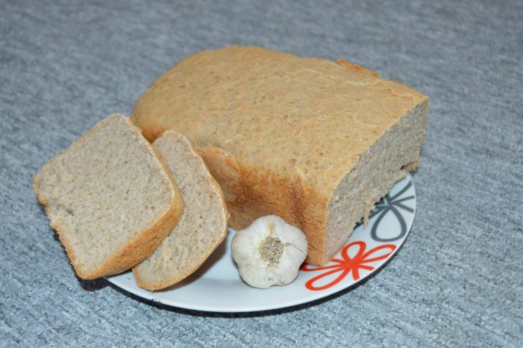 Česnekový chléb z domácí pekárny