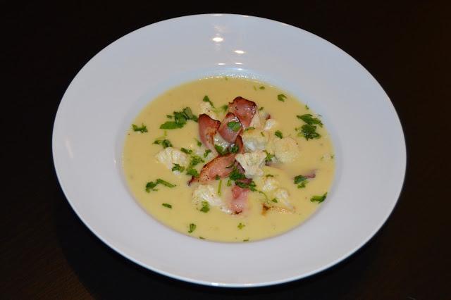 Krémová květáková polévka s praženou slaninou