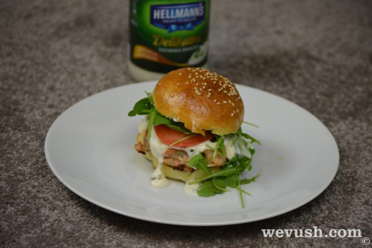 Domácí hamburger s lososem a Hellmann's Delikátní