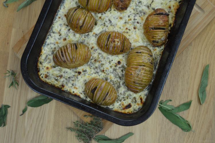 Zapékané brambory v sýrovo-bylinkové omáčce