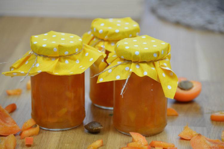 Meruňkový džem s kousky z domácí pekárny
