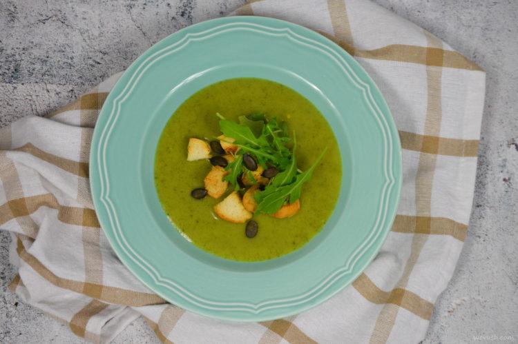 Krémová rukolová polévka s bylinkovými krutony